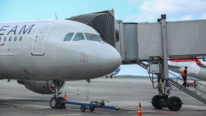 До Уфы не долетел самолет из-за дебошира, который ругался со стюардессой. Момент попал на видео
