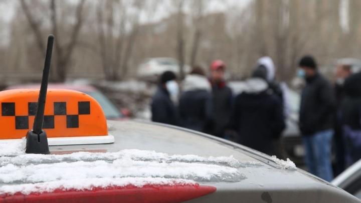 Красноярские таксисты устроили автопробег в знак протеста против низких тарифов агрегаторов