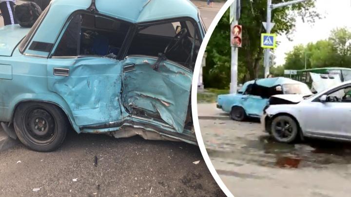 В Екатеринбурге Mazda протаранила ВАЗ. Пострадали два парня из Челябинской области
