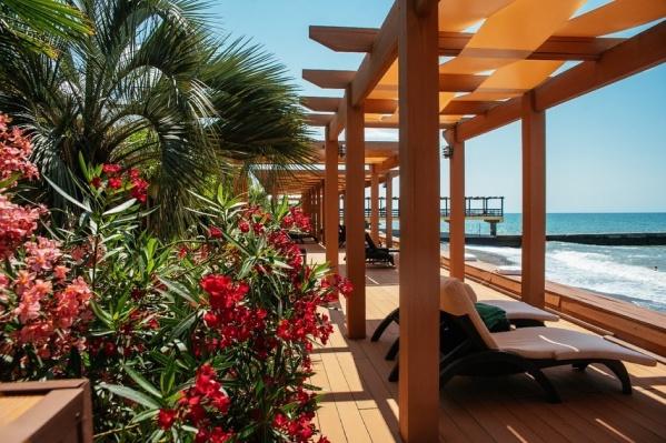 На пляж могут прийти не только гости отеля, но и все, кто предъявит на входе медицинские документы