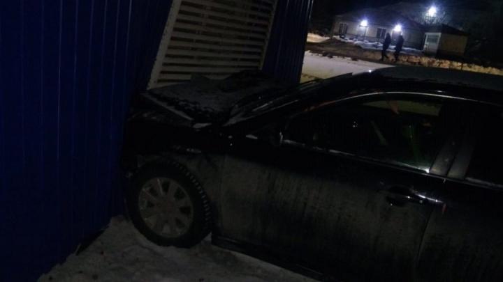 В Курганской области водитель иномарки врезался в дом, пострадали 3 человека