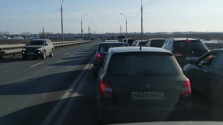 """«Весь архангельский """"МКАД"""" стоит»: из-за аварии на Краснофлотском мосту собралась огромная пробка"""