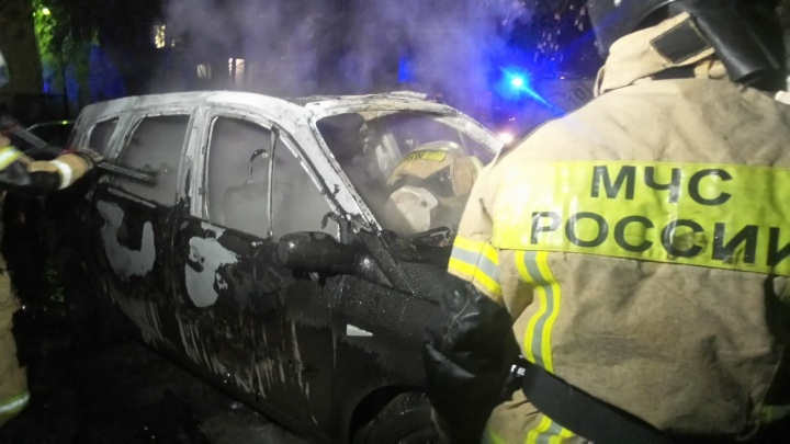 Во дворе на Юго-Западе подожгли автомобиль адвоката, разбив переднее стекло камнем