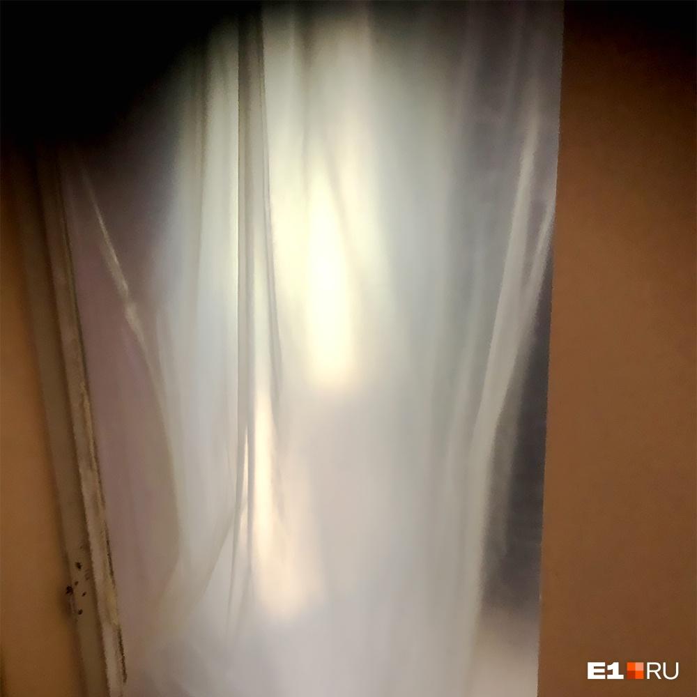 Только полиэтиленовая штора отделяет зону заражения