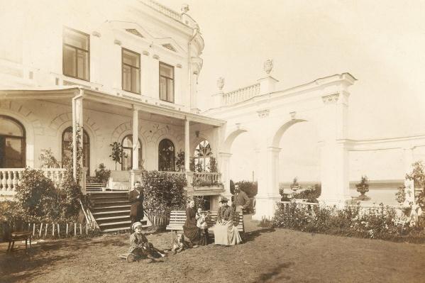Фото 1892 года: семья Николая Мешкова у своего дома. Сейчас в особняке размещается музей, который хочет восстановить цветники — чтобы было  как на снимке