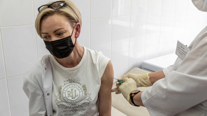 «Ждала ее несколько месяцев»: в Новосибирске начали ставить вакцину «КовиВак» — кто поставил ее первым
