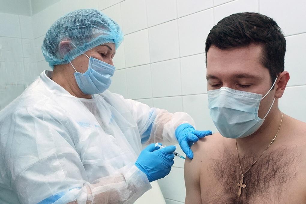 губернатор Калининградской области Антон Алиханов на прививке