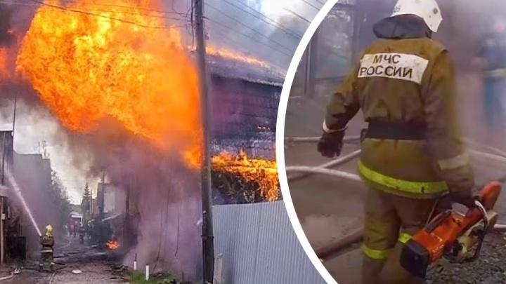 Огнеборец из Екатеринбурга показал, как тушил мощный пожар, в котором погибли люди. Жуткое видео