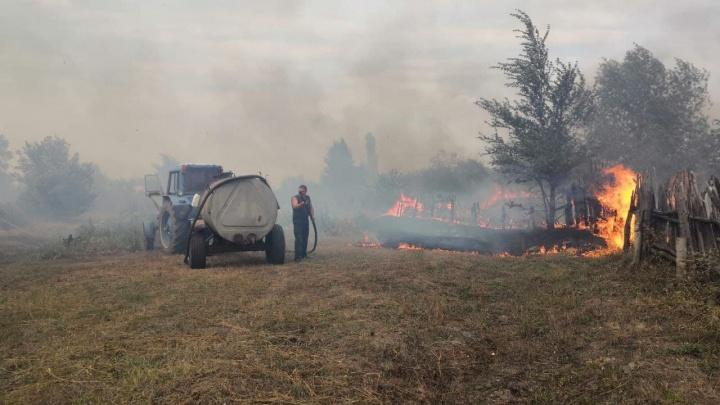 «Сил и средств пока достаточно»: под Волгоградом пожарные отбивают хутор Большой от степного пожара