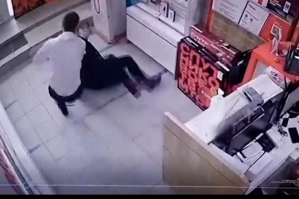 Продавец смог отбиться от дамы с электрошокером