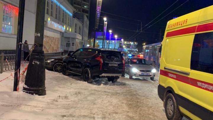 На Свердлова внедорожник устроил ДТП и после врезался в припаркованную иномарку