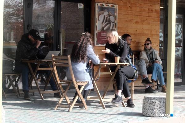 Столики в ресторанном дворике у кондитерской «Конфеткин»