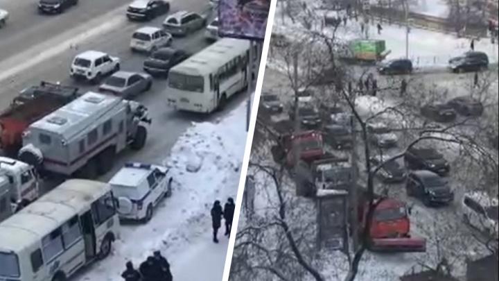 А дороги не чищены: у мэра Локтя спросили, почему снегоуборочная техника преграждала дороги на протестной акции