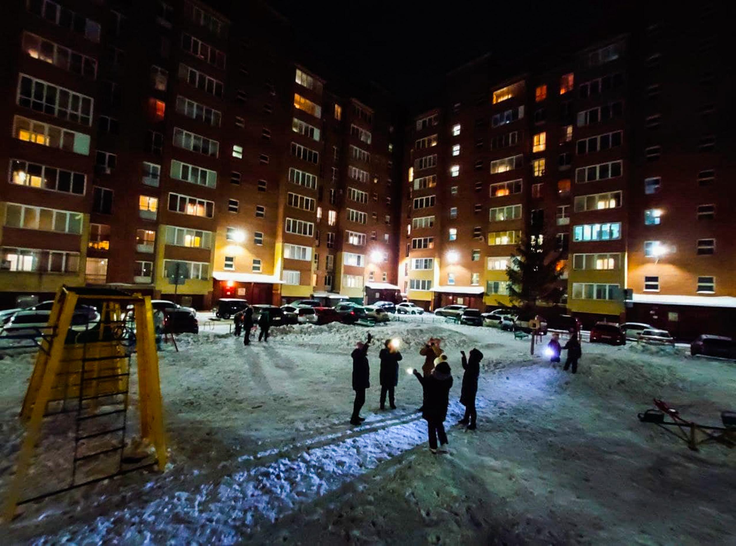 Постепенно в некоторых дворах начали собираться группы людей с фонариками. «Сейчас нас за фонарики скрутят в автозаки и из школы исключат», — говорили со смехом