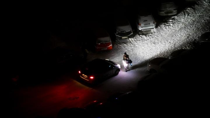 Бдительный таксист спугнул двоих убийц, выбрасывающих ковер струпом вмусорку