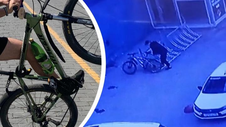 Управился за пару минут: камеры наблюдения засняли, как мужчина украл велосипед с парковки у «Парк Хауса»