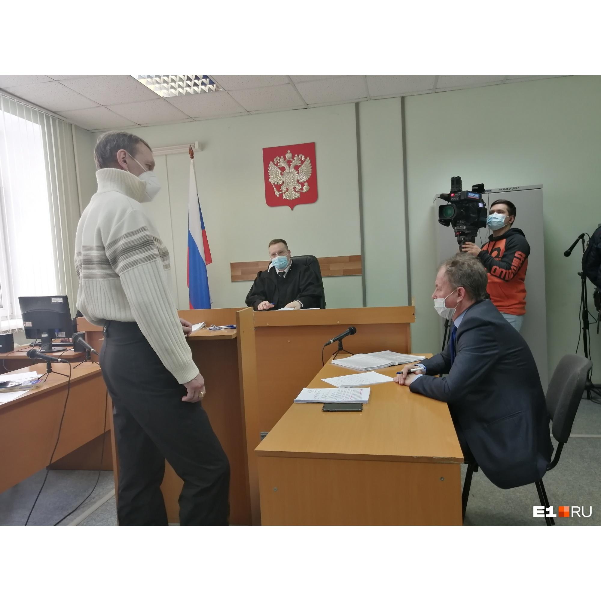 Потерпевший Валерий Горин (слева) и адвокат Дмитрий Бушухин обменялись колкостями