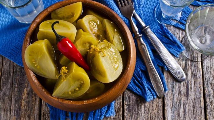 «У них получается невероятный вкус». Сибирячка поделилась простым и проверенным рецептом заготовки зеленых помидоров