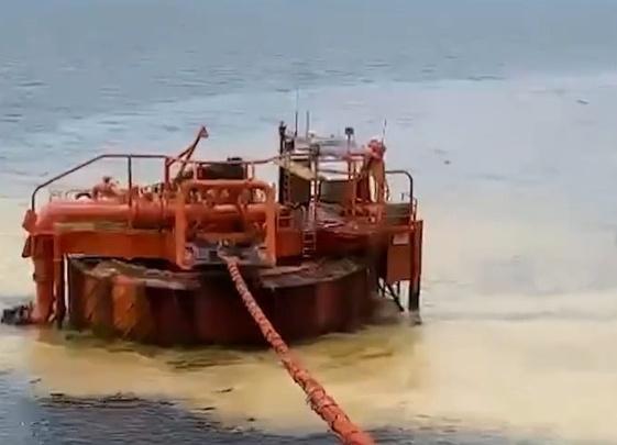 Возбудили уголовное дело после разлива нефти в Новороссийске. Пятна уже дошли до Анапы