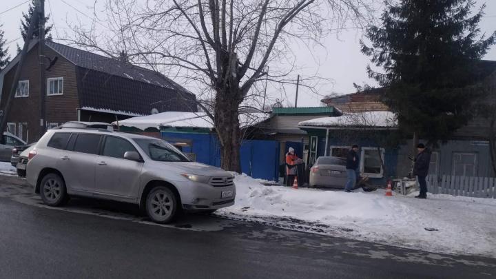 Влетел в дом, уходя от столкновения: подробности ДТП с пострадавшими на тюменском перекрестке