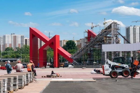 Рабочие уже установили одну из аркад на Московской площади