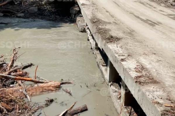 Скорее всего, бетонный мост был возведен незаконно