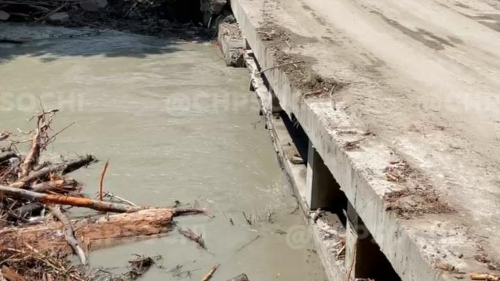 В реку в Сочи смыло семью полицейского, он погиб. Новые подробности ЧП