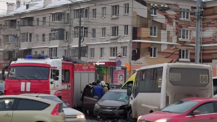 В Челябинске маршрутка с пассажирами попала в ДТП, есть пострадавшие