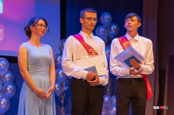 На фото — трое из четырех выпускников Сёльской школы. Одна девушка не смогла присутствовать на празднике — в тот день она примеряла свадебное платье
