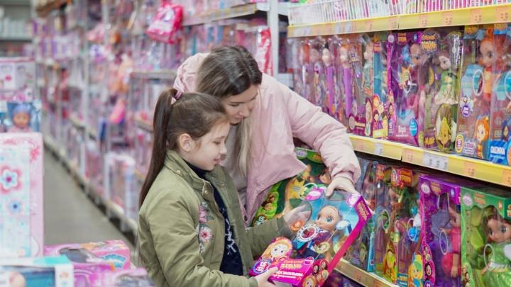 «Бриллиантовые» диадемы и барби на шпильках: какие подарки ждут маленькие принцессы на 8 марта