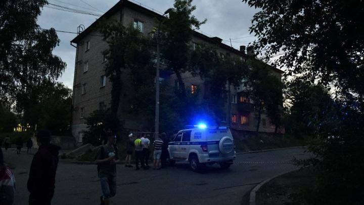 «Силовики прятались за авто»: пьяный бывший полицейский стреляет в росгвардейцев из окна в Екатеринбурге. Видео