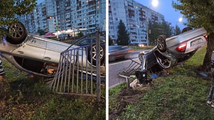 «Забыл, что не на МКАДе»: в Ярославле «Мерседес» с московскими номерами повис на заборе