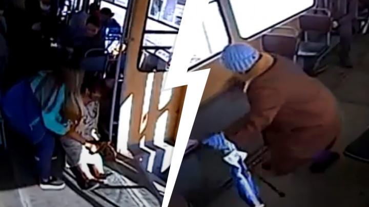 Валились с ног, бились о поручни: видео жестких падений пассажиров в транспорте Екатеринбурга