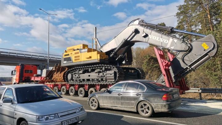 Ехал без разрешения и без ОСАГО: в ГИБДД рассказали, как грузовик с экскаватором повредил мост на ЕКАД