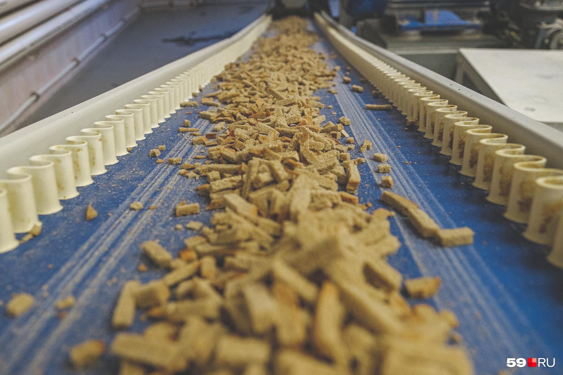 Подсушенные ломтики перемещаются из печи с помощью конвейера