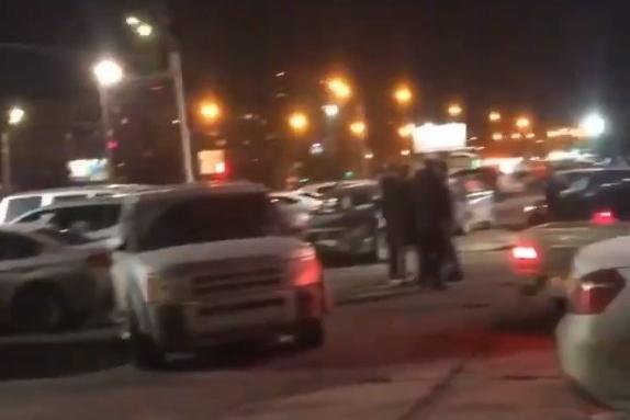Машины были припаркованы около ТРК, в котором до недавнего времени якорным арендатором был «Ашан»