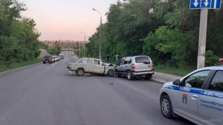 Женщина об лобовое ударилась: в тройном столкновении на севере Волгограда пострадали мужчина, ребенок и его мать