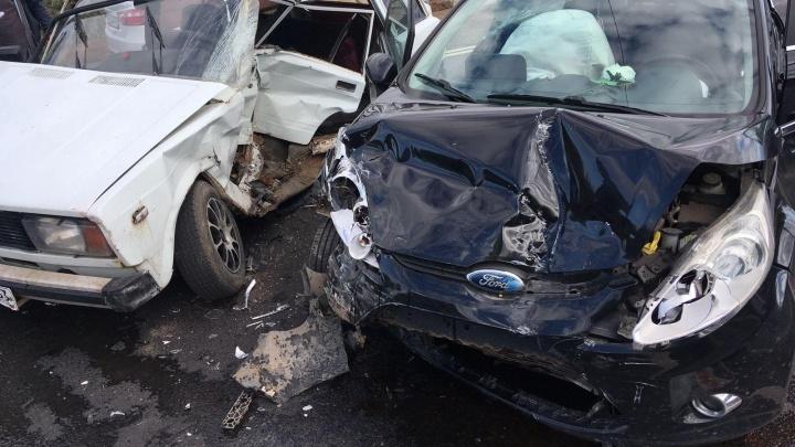 «Искорёжены две машины»: «четверка» вылетела на встречку и въехала в «Форд»
