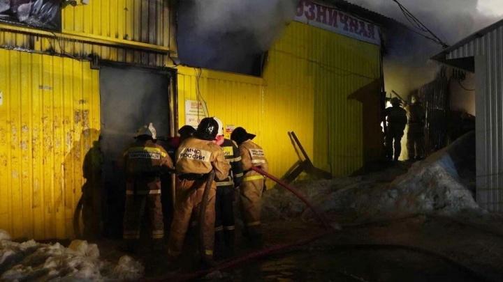 В Самаре потушили крупный пожар на рынке «Ракита»