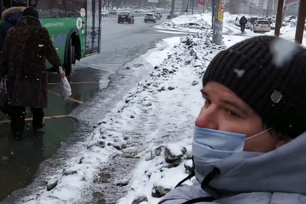Инвалид-колясочник Николай Ольховский не смог сесть в автобус из-за плохо прочищенной остановки<br>