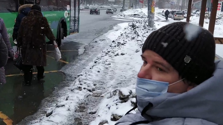 «Котова, Кучитаров, Куляшов — кто поможет мне?»: челябинский инвалид не смог попасть вавтобус из-закучснега