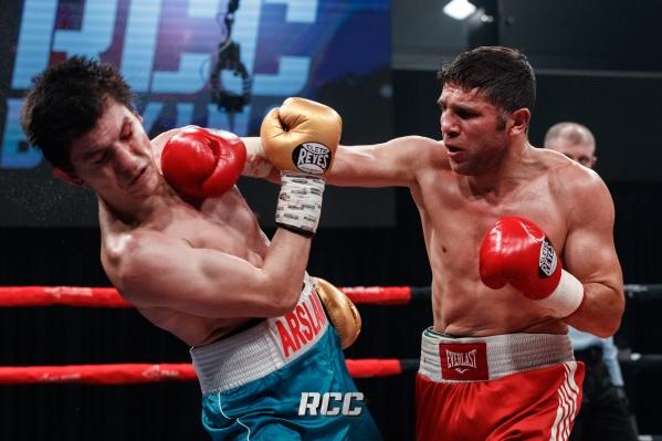 С ринга Академии единоборств РМК Арслана Магомедова (слева) пришлось уносить медикам