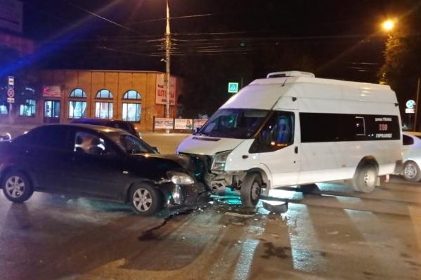 Авария произошла возле Театра юного зрителя в Ворошиловском районе