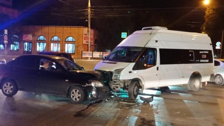 В Волгограде маршрутка протаранила легковушку. Четыре человека в больнице