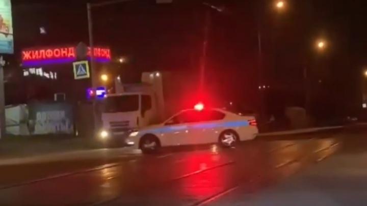 На видео попала ночная погоня за «Тойотой» в Новосибирске — ее преследовали девять автомобилей полиции