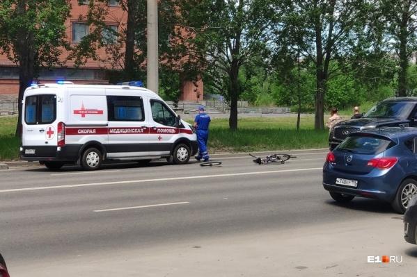 Очевидцы сообщили, что погибшего поместили в машину скорой помощи