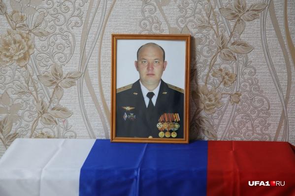 Портрет погибшего Дениса стоит на самом видном месте в родительской квартире