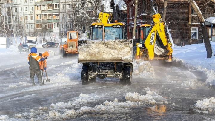 Трактором, ведрами и даже ногами: кадры с уборки последствий потопа на Ковалихинской