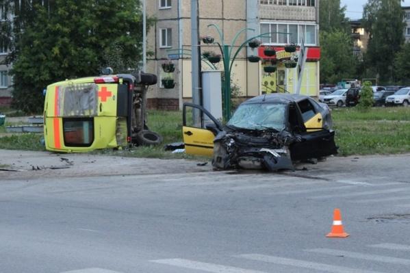От удара машину скорой помощи отбросило на несколько метров