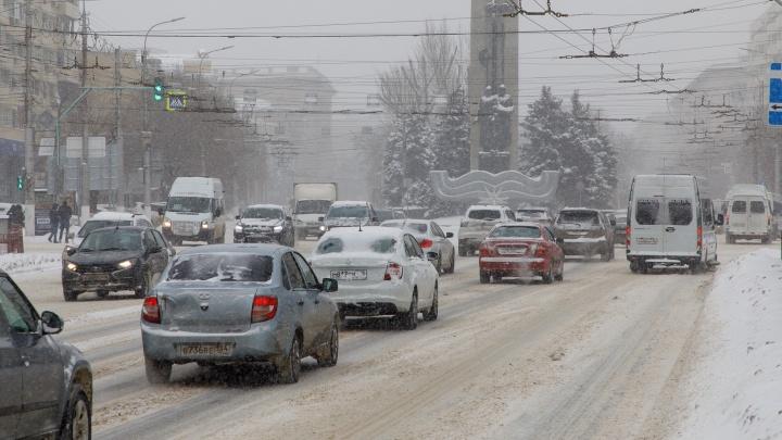 Личный транспорт — оставьте дома. Снегопад с раннего утра засыпает Волгоград